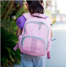 Mochilas com muito peso podem afetar as costas das crianças